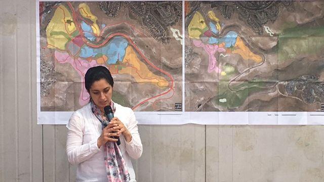 אדר' אמאל זועבי (במקום) מציגה את התכנית.