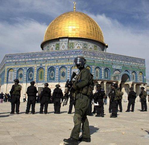 המשטרה הודיעה על פתיחת מתחם אל אקצה למבקרים לא מוסלמים והעימותים נמשכים.