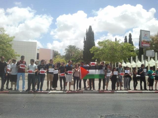 """מפגינים באוני' ת""""א נגד התוקפנות על עזה"""