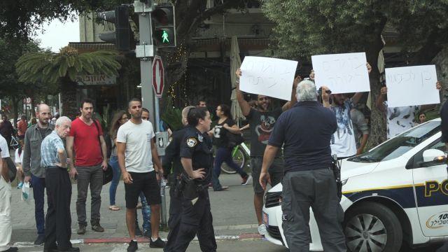 """מול ההפגנה של """"מסרבות"""" התארגנה הפגנת נגד."""