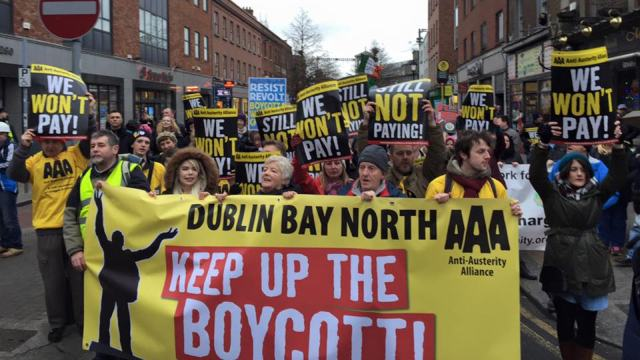"""פעילי """"הברית נגד הצנע"""" בהפגנה נגד אגרות המים."""