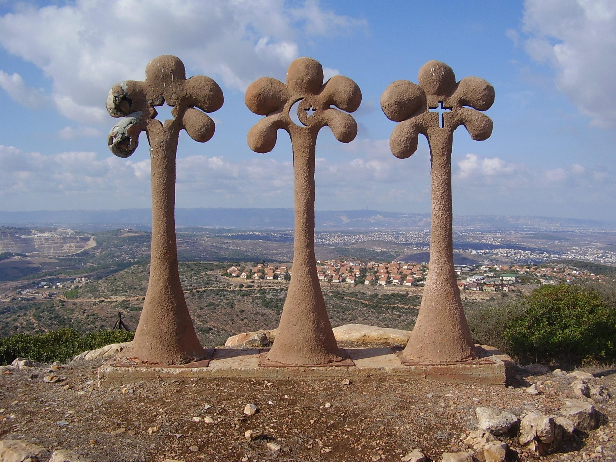 פסל אחוות שלוש הדתות בכאוכב אבו אל-היג'א. צילום: אבישי טייכר.