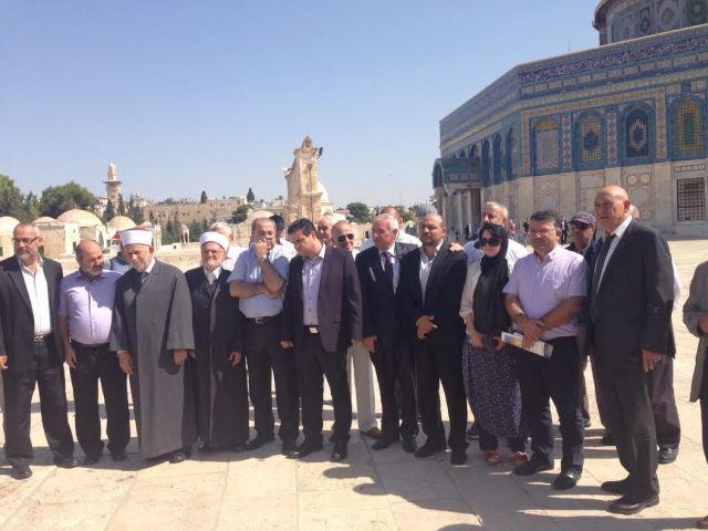 חברי הרשימה המשותפת במסגד אל-אקצ'אא. (צילום: הרשימה המשותפת)