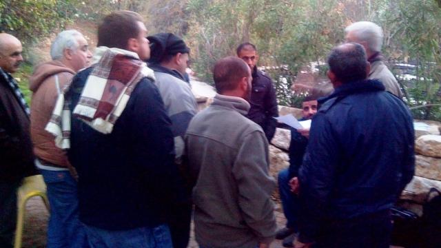 צילום: אסף אדיב (מימין) נפגש עם העובדים במישור אדומים ב- 14.1. קרדיט צילום: ארגון העובדים מען