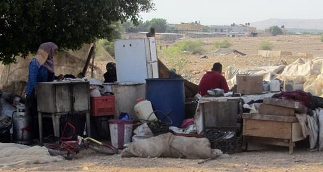 תושבי פסאייל שביתם נהרס אתמול. צילום: עארף דראר'מה, בצלם.