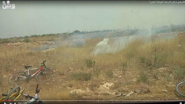 אפניים וגז מדמיע, באדמות בלעין. (13.05.2016) קרדיט: wattan.tv