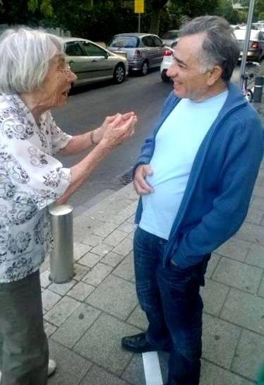 דליה דורנר מגייסת תמיכה ברחוב, עם משה איבגי. מתוך עמוד הפייסבוק שלה.