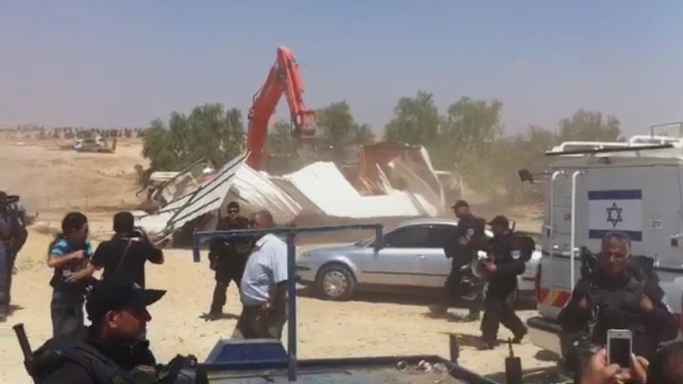 הפנוי של הכפר אל עראקיב הבוקר בידי כוחות משטרה. צילום: מקס גרובמן