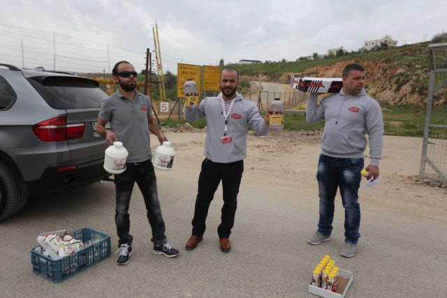 עובדים וסוחרים במחסום עופר