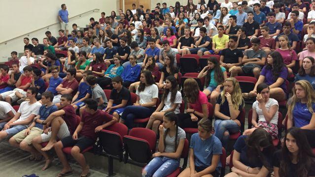 תלמידי תיכון לומדים על שביתת בתי הספר הנוצריים