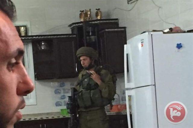 תושב פלסטיני שצילם חייל ישראלי במטבח ביתו (03.03.2016)