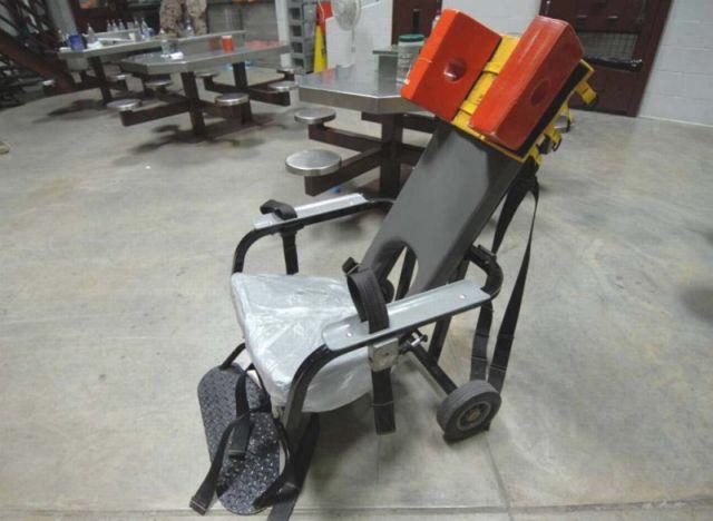 כיסא כבילה להאכלה כפויה של שובתי רעב במתקן המעצר בגואנטנמו.