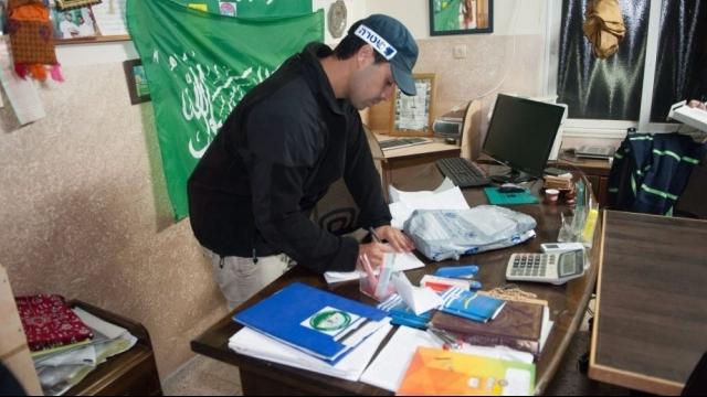 (קרדיט arab48.com) שוטר במשרדי הפלג הצפוני של התנועה האסלאמית