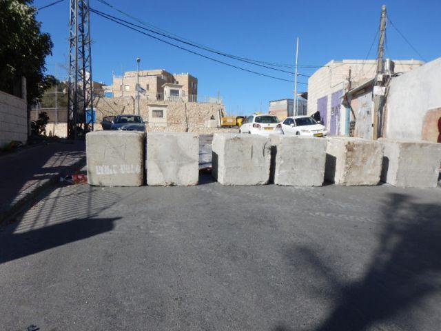 חסימת הכביש ברחוב אל-מדארס. צילום: חוסאם עאבד, בצלם