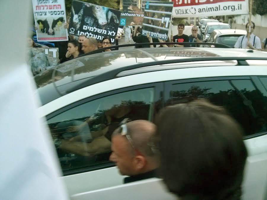 לפיד חומק מהמפגינים. צילום: יואב באומל