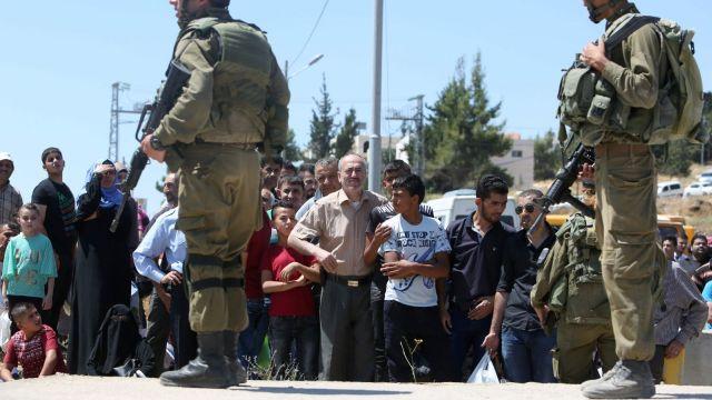 """פלסטינים חסומים ע""""י חיילים חמושים באזור חברון"""