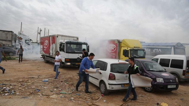 גז מדמיע בהפגנת הסוחרים במחסום ביתוניא אתמול (13.03.2016)