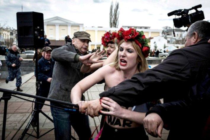 מפגינות בקייב. צילום: סרגיי פונומרב עבור הניו יורק טיימס.