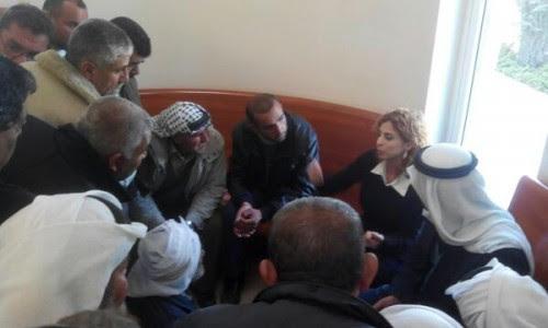 """בתמונה:עו""""ד מישרקי-אסעד עם תושבי סוסיא בבג""""ץ צילום: הרב אריק אשרמן"""