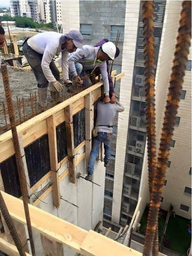 פועלים עובדים באתר בנייה בארץ