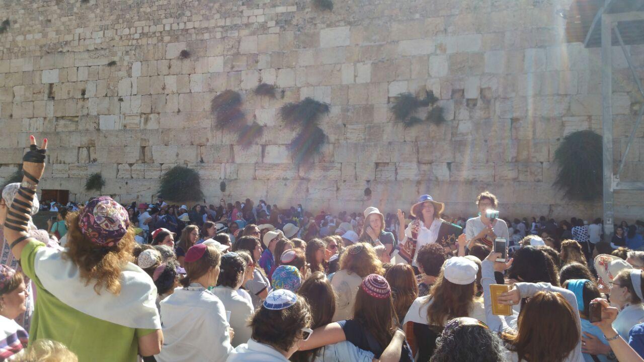 נשות הכותל במהלך התפילה. נשלח על ידי אושר תקשורת.